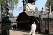 Ad Auschwitz il silenzio del Papa «Signore, abbi pietà del tuo popolo»