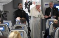 Papa in aereo: non è giusto identificare l'islam con la violenza.
