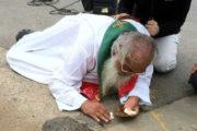 Il sacerdote e i pezzi del Corpo di Cristo cheprotegge