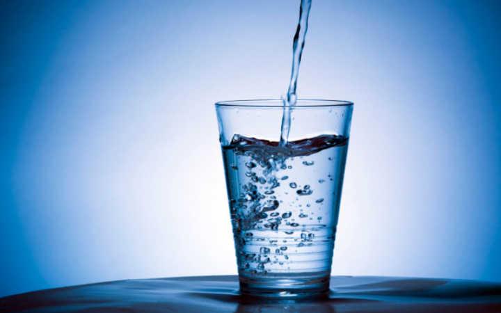 Un bicchiere d'acqua, offerto, disseta chi riceve e chi dona