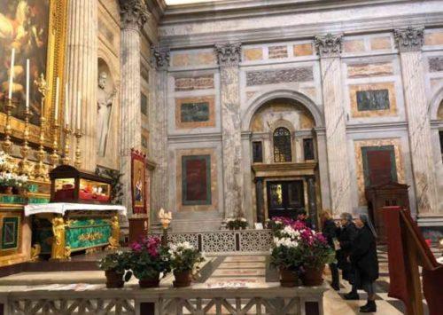 Fedeli sorpresi e devoti sostano innanzi al corpo di San Timoteo