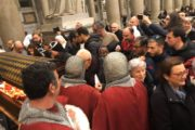 Tanta gente al termine del vespro ecumenico presieduto dal Papa